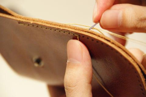 使う糸はナイロン製。ロウが塗ってあり非常に硬い。