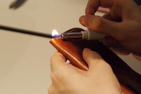 ナイロンの糸なので、最後は火で炙って溶かして留める。