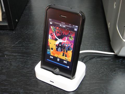 フルカバージャケットを着用したiPhone 3GSを専用ドックアダプタを使用して接続。