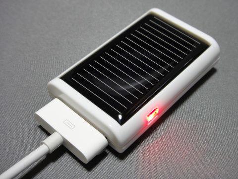 充電中は赤いLEDランプが点灯する。