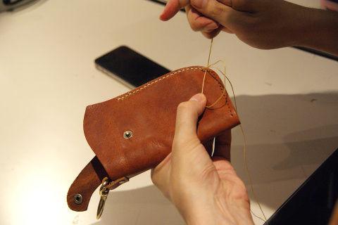 常に糸を引っ張りながら、しっかりと縫い上げていく。