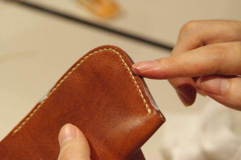 縫い終わったら、革の縁に光沢剤を塗って仕上げる。
