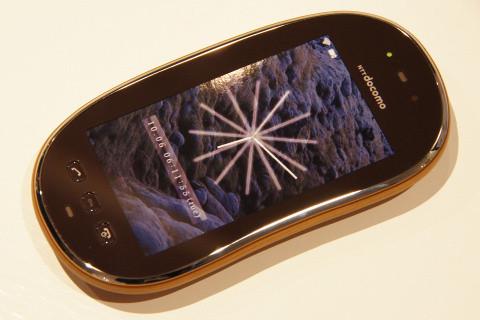 操作方法にはフルタッチパネルを採用する予定だが、Androidなどのスマートフォンではなく従来からの携帯電話用OSを採用するとの事。
